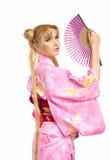 Giovane donna in costume del kimono con il girante laterale Fotografie Stock Libere da Diritti