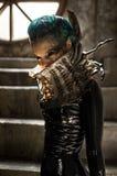 Giovane donna in costume nero di fantasia Immagine Stock