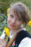 Giovane donna in costume polacco tradizionale, un costume piega polacco Fotografia Stock