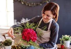 Giovane donna creativa in un negozio di fiore Una partenza dell'affare del fiorista immagine stock libera da diritti