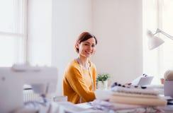 Giovane donna creativa in uno studio, partenza di piccolo affare d'adattamento fotografia stock