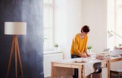 Giovane donna creativa in uno studio, partenza di piccolo affare d'adattamento immagine stock