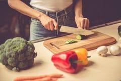 Giovane donna in cucina immagini stock