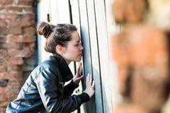Giovane donna curiosa Immagine Stock Libera da Diritti