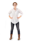 Giovane donna d'avanguardia Donna attraente con i capelli & i vetri di scarsità che indossano camicia, i jeans e gli stivali bian Fotografia Stock