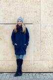 Giovane donna d'avanguardia sorridente di modo di inverno Fotografia Stock