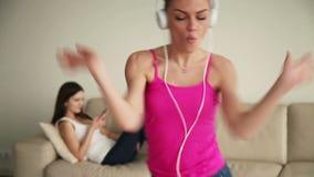 Giovane donna da solo a casa che canta e che si diverte stock footage