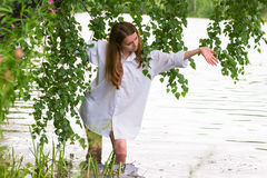 Giovane donna dal lago. Fotografia Stock