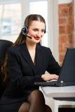 Giovane donna dal servizio di assistenza al cliente Fotografie Stock