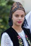 Giovane donna dalla Romania in costume tradizionale 10 Immagine Stock