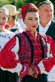 Giovane donna dalla Romania in costume tradizionale 14 Immagine Stock