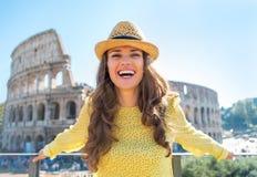 Giovane donna davanti al colosseum a Roma, Italia Immagini Stock