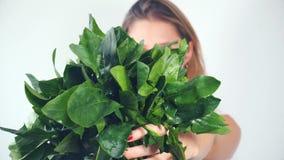 Giovane donna Defocused che mostra spinaci freschi stock footage