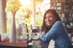 Giovane donna dei pantaloni a vita bassa con caffè ed il computer portatile Ritratto del beautifu Fotografia Stock