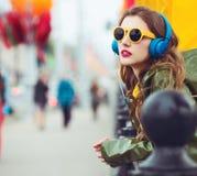 Giovane donna dei pantaloni a vita bassa Ritratto esterno Fotografie Stock