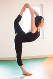 Giovane donna del ballerino che fa allungamento Fotografia Stock