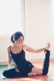 Giovane donna del ballerino di balletto che fa allungamento Fotografie Stock Libere da Diritti