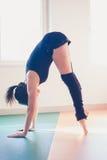 Giovane donna del ballerino di balletto che fa allungamento Fotografia Stock