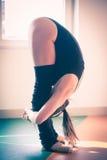 Giovane donna del ballerino di balletto che fa allungamento Immagine Stock Libera da Diritti