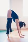 Giovane donna del ballerino di balletto che fa allungamento Fotografia Stock Libera da Diritti