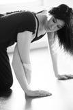 Giovane donna del ballerino di balletto che fa allungamento Immagini Stock Libere da Diritti