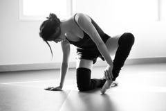 Giovane donna del ballerino di balletto che fa allungamento nel bw Fotografie Stock Libere da Diritti