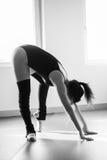 Giovane donna del ballerino di balletto che fa allungando bw Fotografia Stock