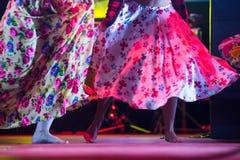 Giovane donna del ballerino a piedi nudi in vestito zingaresco che balla in scena Immagine Stock Libera da Diritti