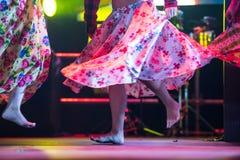 Giovane donna del ballerino a piedi nudi in vestito zingaresco che balla in scena Fotografia Stock Libera da Diritti