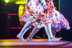 Giovane donna del ballerino a piedi nudi in vestito zingaresco che balla in scena Fotografia Stock