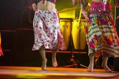 Giovane donna del ballerino a piedi nudi in vestito zingaresco che balla in scena Fotografie Stock Libere da Diritti