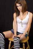 Giovane donna del brunette che si siede nella presidenza Fotografia Stock Libera da Diritti
