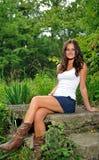Giovane donna del brunette nella parte superiore di serbatoio bianca Fotografie Stock