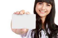 Giovane donna del medico che mostra biglietto da visita Immagine Stock