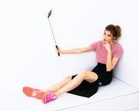 Giovane donna del modello di moda che prende un selfie con Immagini Stock