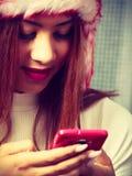 Giovane donna del mulatto con il telefono cellulare Fotografia Stock