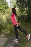 Giovane donna del pareggiatore che allunga in natura dopo gli sport Immagine Stock Libera da Diritti