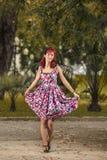 Giovane donna del Pinup in abbigliamento d'annata di stile Fotografia Stock Libera da Diritti