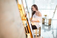 Giovane donna del pittore producendo immagine nello studio di arte Fotografia Stock Libera da Diritti