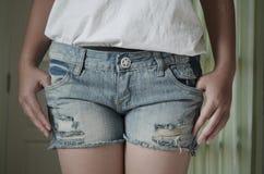 Giovane donna del primo piano in jeans Immagini Stock