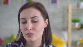 Giovane donna del ritratto con l'acne rosacea sul suo fronte video d archivio
