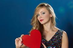Giovane donna del ritratto di giorno di biglietti di S. Valentino nell'amore Immagine Stock