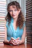 Giovane donna dell'allievo con i lotti dei libri. Fotografia Stock