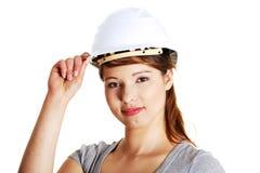 Giovane donna dell'architetto che porta un casco protettivo Fotografie Stock Libere da Diritti