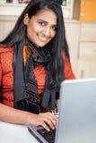 Giovane donna dell'India con il computer portatile Fotografia Stock Libera da Diritti