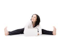Giovane donna dell'ufficio con il computer portatile che fa le spaccature su fondo bianco Immagine Stock