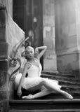 Giovane donna della ballerina che posa sulle scale Fotografia Stock