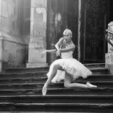 Giovane donna della ballerina che posa sulle scale Fotografie Stock