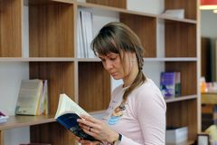 Giovane donna della lettura fotografia stock libera da diritti