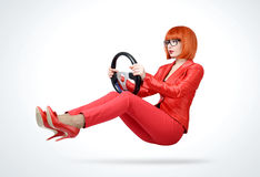 Giovane donna della testarossa in automobile rossa dell'autista del vestito con il volante, concetto automatico immagine stock libera da diritti